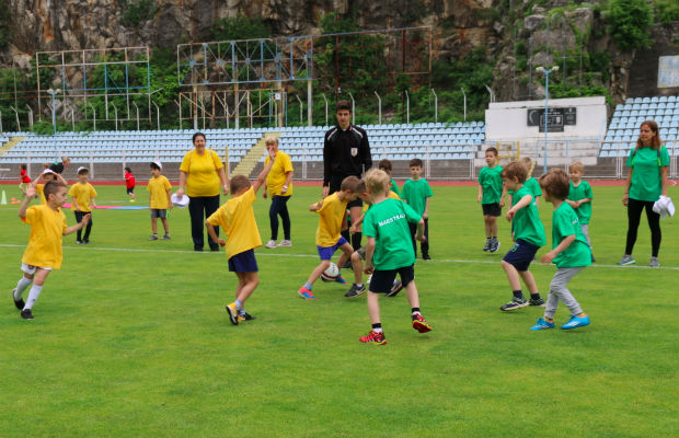 djeca-igra-nogomet